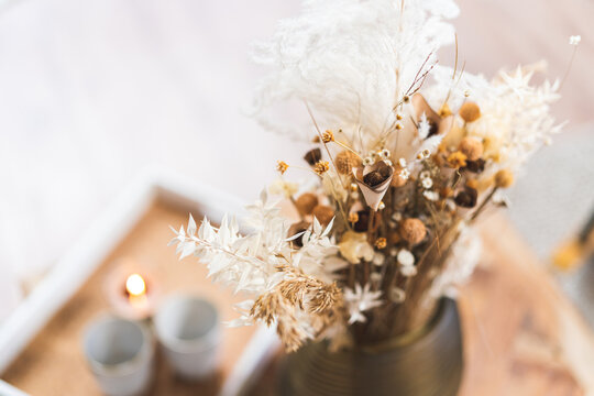 Blumenstrauss in einer Vase auf dem Tisch