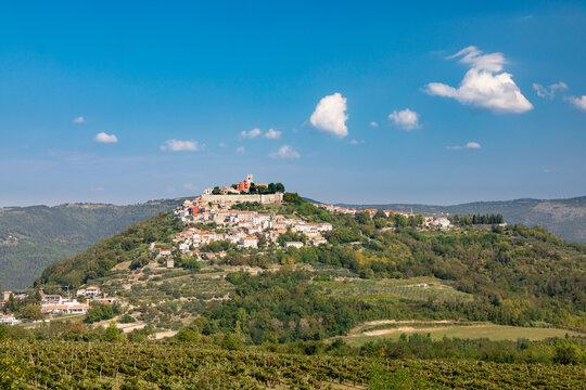 Aussicht auf Motovun, einer Stadt in der Region Istrien im Nordwesten Kroatiens