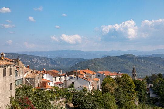 Aussicht auf das Dorf Motovun in Kroatien