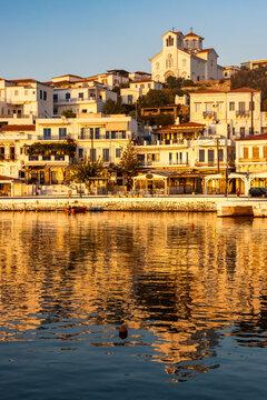 Promenade am Fischerhafen des Ferienorts Batsi auf der griechischen Kykladeninsel Andros im Abendlicht