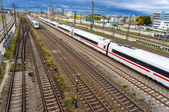 Fernverkehr / Nahverkehr in der Großstadt: Blick auf die Gleise und Züge an der Donnersberger Brücke in München