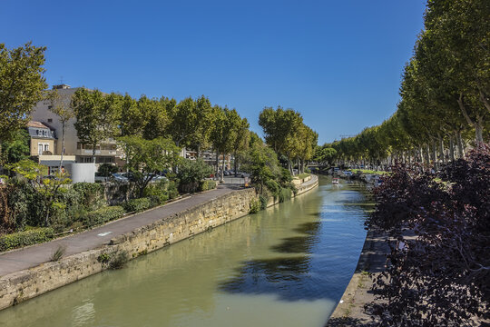 Canal de la Robine passes through the city of Narbonne; it connects the Aude and the Mediterranean Sea in the Aude department. Narbonne, Languedoc-Roussillon, France.