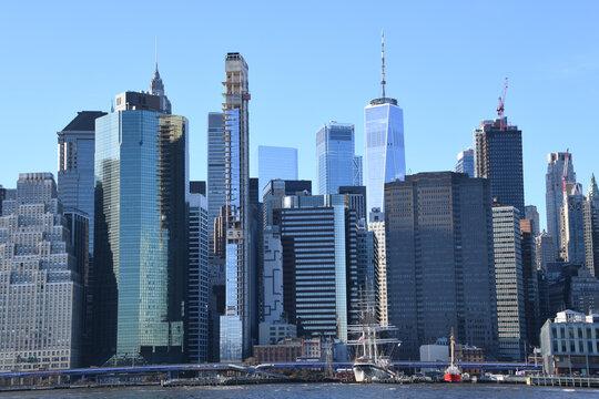 Die Skyline des Financial District in Lower Manhattan  von Brooklyn aus gesehen. Im Vordergrund der East River.
