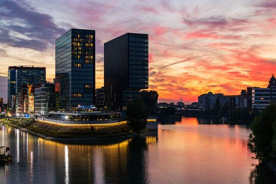 Blick in das benachbarte Hafenbecken des Medienhafens Düsseldorf am Hotel vorbei