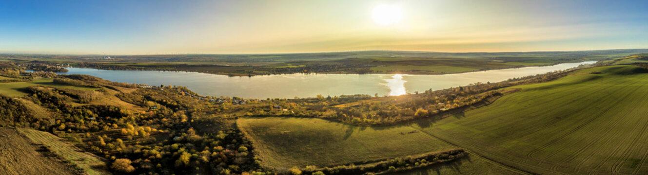 Breites Panorama des gesamten Süßen See in herbstlicher Abendsonne