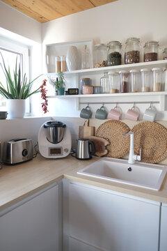 Modern eingerichtete Küche