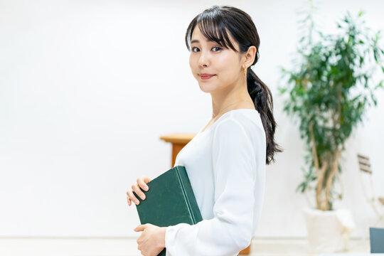本を持つ女性 読書イメージ