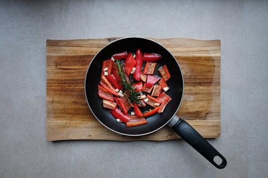 Gemüse in einer Pfanne, Mediterrane Küche
