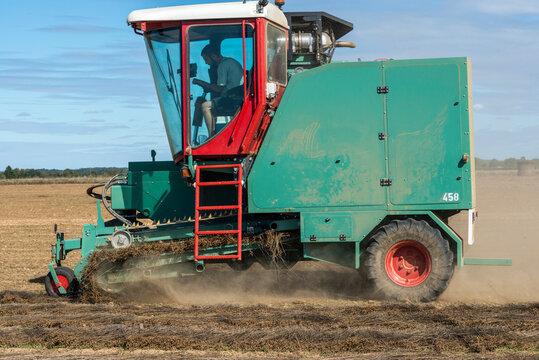 Enrouleuse agricole récoltant du lin