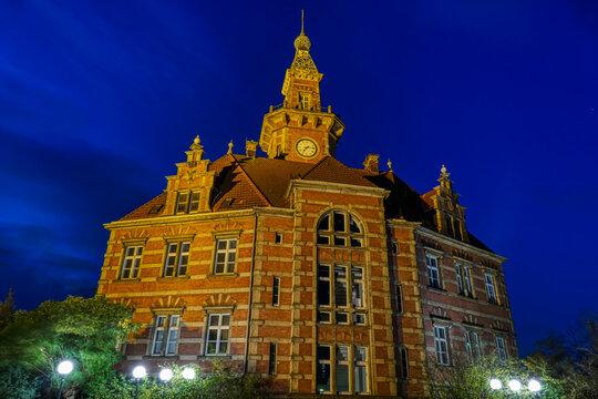 Historisches Hafengebäude in Dortmund bei Nacht