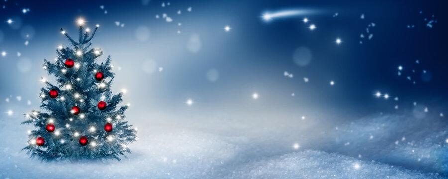 weihnachtliche idylle mit geschmücktem christbaum im schnee