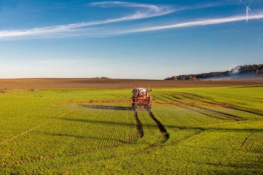 Landwirt mit Traktor sprüht Pflanzenschutzmittel
