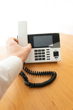 Telefon mit Hand / abnehmen / auflegen