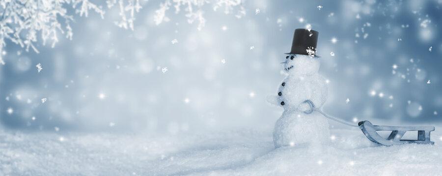 schneemann mit schlitten in winteridylle