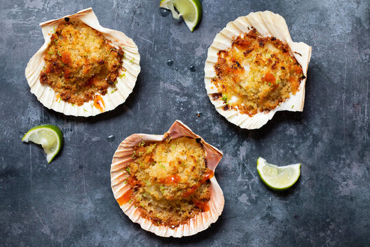 Baked scallops with spicy breadcrumbs