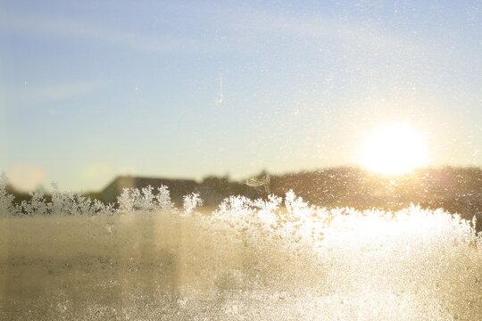 Eiskristalle am Fenster - Wintermorgen Sonnenaufgang