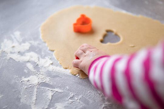 Kleine Kinderhand sticht Kekse aus