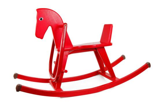 Ein rotes Schaukelpferd aus Holz