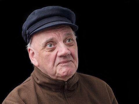 portrait vieil homme casquette marine sur fond noir