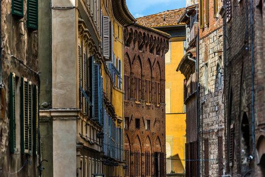 Häuser in einer Gasse von Siena in der Toskana, Italien