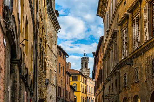 Gasse in der Altstadt von Siena in der Toskana, Italien