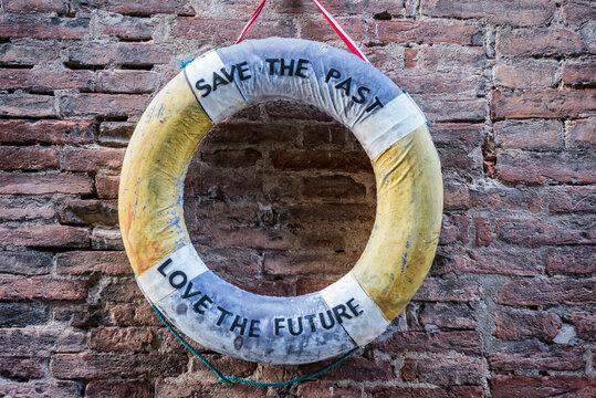 Rettungsring mit Hinweisen zum Klimawandel