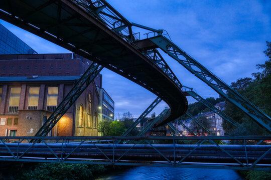 Fabrik und Bahntrasse in Wuppertal am Abend