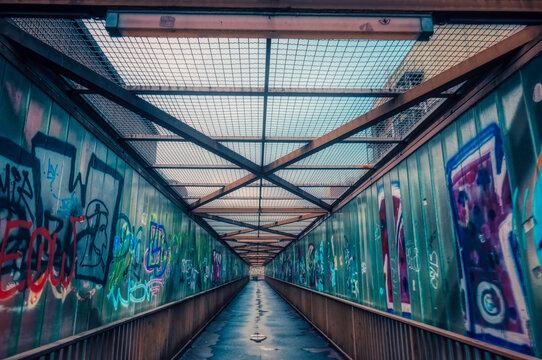 Fußgängerbrücke durch eine Fabrik in Wuppertal Steinbeck
