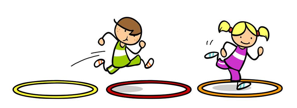 Kinder bei Hindernislauf durch Gymnastikreifen