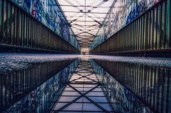 Fußgängerbrücke mit Spiegelungen in Wuppertal Steinbeck