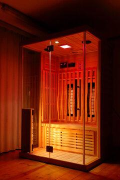 Eine Infrarotkabine zur Wärme- und Lichttherapie