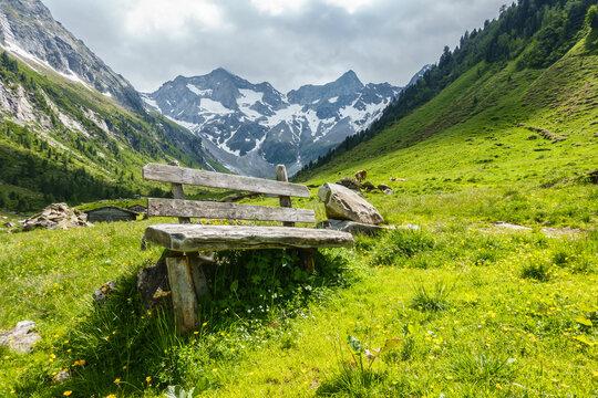 urige Rastbank aus Holz in einem Wandergebiet in Österreich
