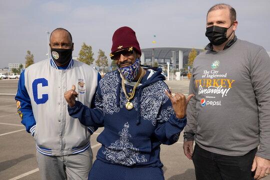 Rapper Snoop Dog helps at Thanksgiving Turkey Giveaway in Inglewood, California