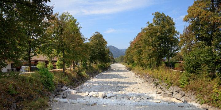 Ausgetrocknetes Bachbett am Tegernsee, Oberbayern, Bayern, Deutschland, Europa