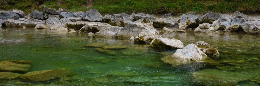 Steine im Fluss Weissach, Kreuther Tal, Oberbayern, Bayern, Deutschland, Europa