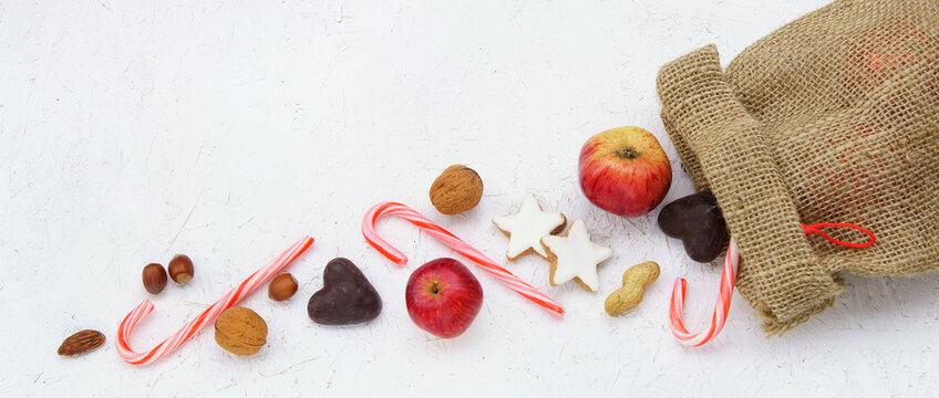 Sankt Nikolaus, Nikolaus-Säckchen mit Äpfeln, Nüssen und Süssigkeiten, Banner, Header, Headline, Panorama