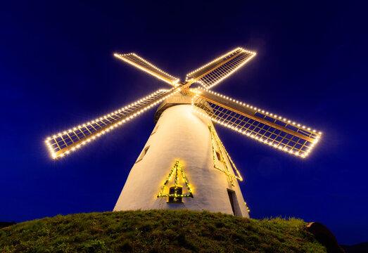Historische Windmühle mit Weihnachtsbeleuchtung