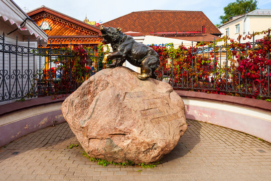 YAROSLAVL, RUSSIA - AUGUST 05, 2020: Bear monument in the centre of Yaroslavl city, Golden Ring of Russia. Bear is a symbol of Yaroslavl.