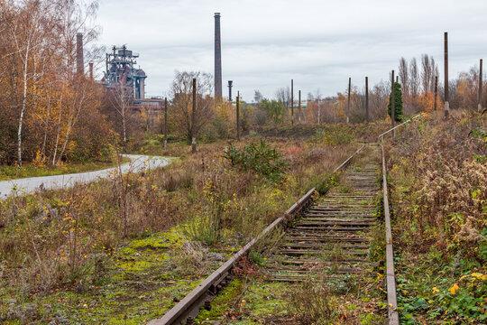 Stillgelegtes Gleis läuft auf den Hochofen im Landschaftspark Duisburg zu