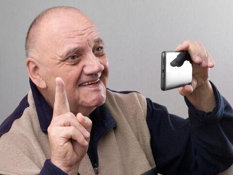 portrait vieil homme prenant un selfie avec son smartphone