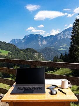Home Office auf der Alm mit Ausblick auf die Berge