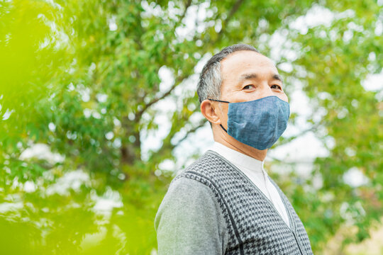 マスクをするシニア男性