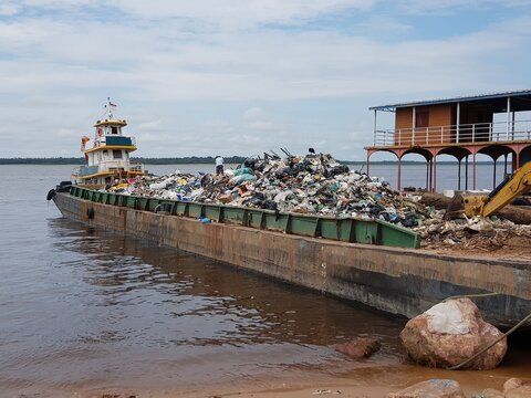 The water pollution of the Rio Negros near Manaus continues. Tons of rubbish of all kinds is fetched from the Rio Negro every month. Manaus, November 26, 2020.