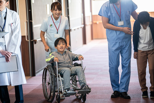 患者と医療従事者がコミュニケーションをとる大病院の廊下