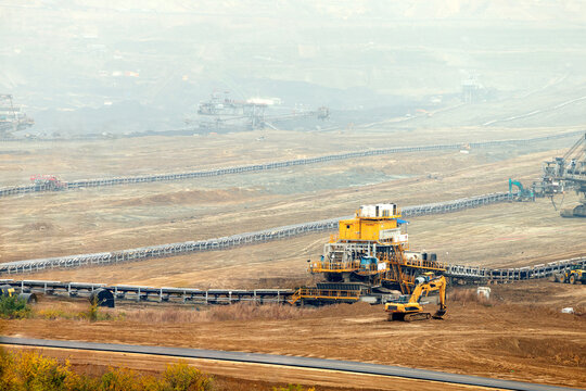 Surface mine raw material extraction plant