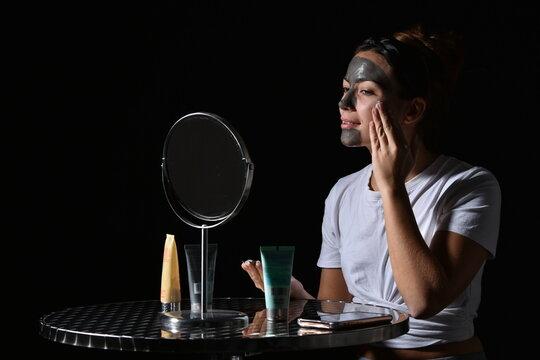 Jeune femme passionnée par les soins du visage