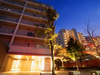 Fototapete - 夕暮れの大型マンション
