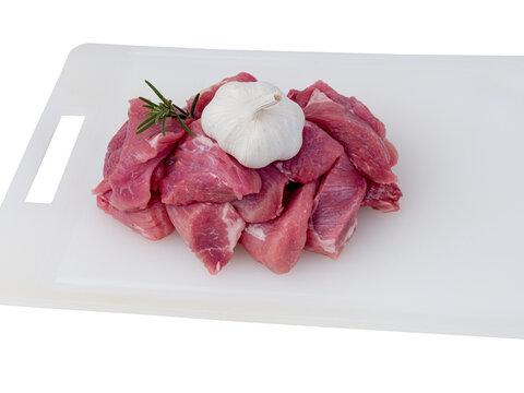 morceaux de viande de porc sur planche à découper