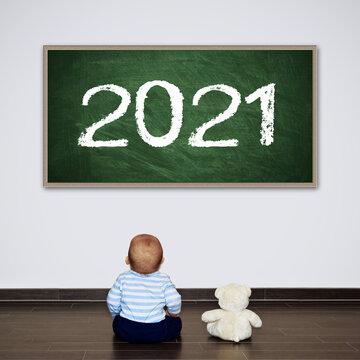 Kleiner Junge und sein Teddy 2021