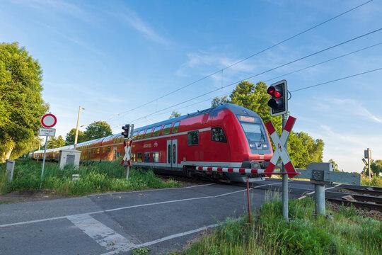 Deutschland , Krimnitz , 15.06.2020 , Ein Doppelstock Wendezug  der DB Regio befährt einen Bahnübergang